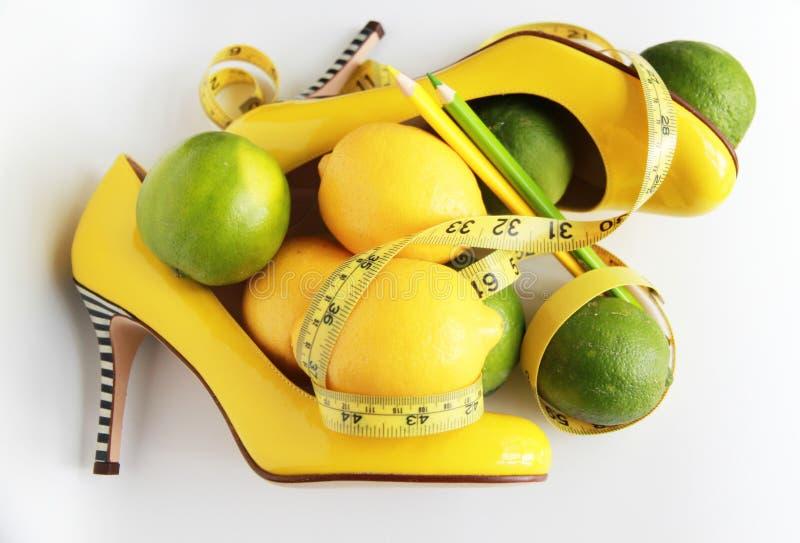 Perda de peso Fita de medição envolvida em torno do limão imagem de stock royalty free