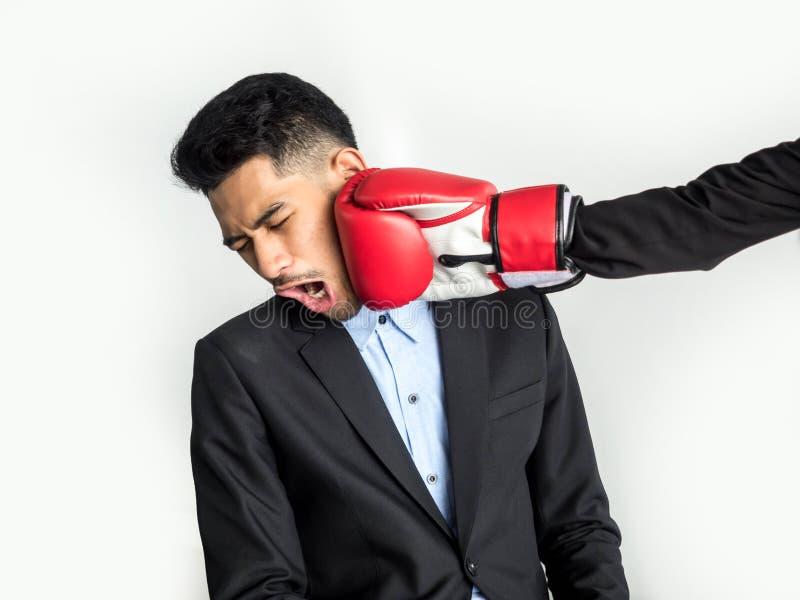 Perda il concetto di errore, il giovane uomo d'affari asiatico Was Punched nel fronte, isolato su fondo bianco immagini stock libere da diritti