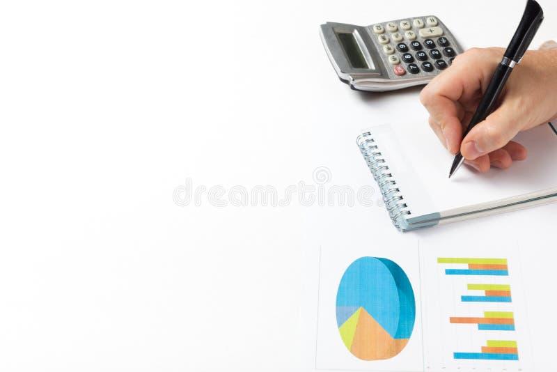 Perdas de contagem do homem de negócios e lucro que trabalham com estatísticas, análise financeira os resultados no fundo branco fotos de stock