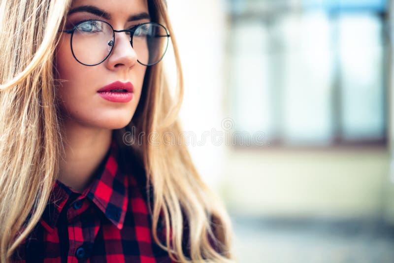 Perdez- le portrait des lunettes de port inspirées de Madame de jeune femme, montre-bracelet Concept femelle de mode image libre de droits