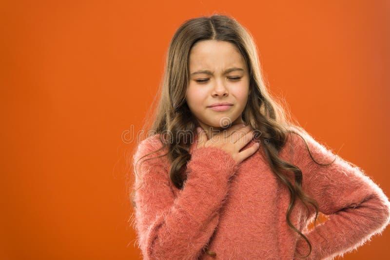 Perdió su voz Remedios rápidos de la garganta dolorida El niño siente dolor en garganta Sufra de cuello del dolor Naranja doloros foto de archivo