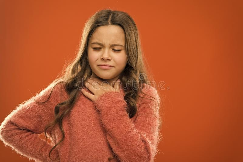Perdi? su voz Remedios r?pidos de la garganta dolorida El ni?o siente dolor en garganta Sufra de cuello del dolor Naranja doloros imagen de archivo libre de regalías