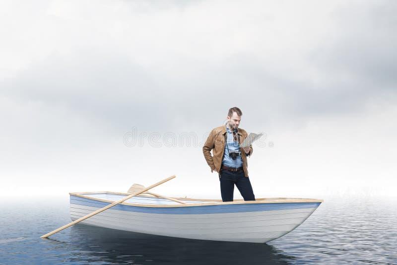 Perdido no turista do homem do oceano que olha o mapa no barco imagens de stock