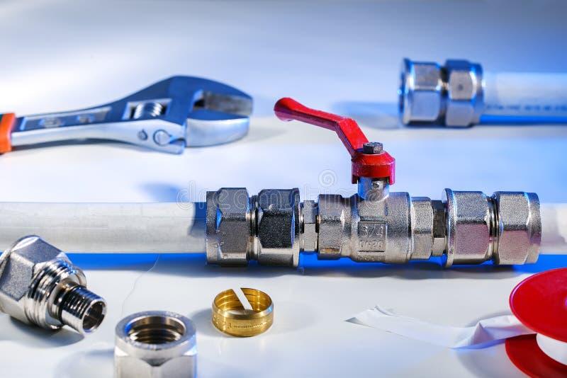 Perdita dell'acqua su una tubatura dell'acqua Ripari l'impianto idraulico immagini stock