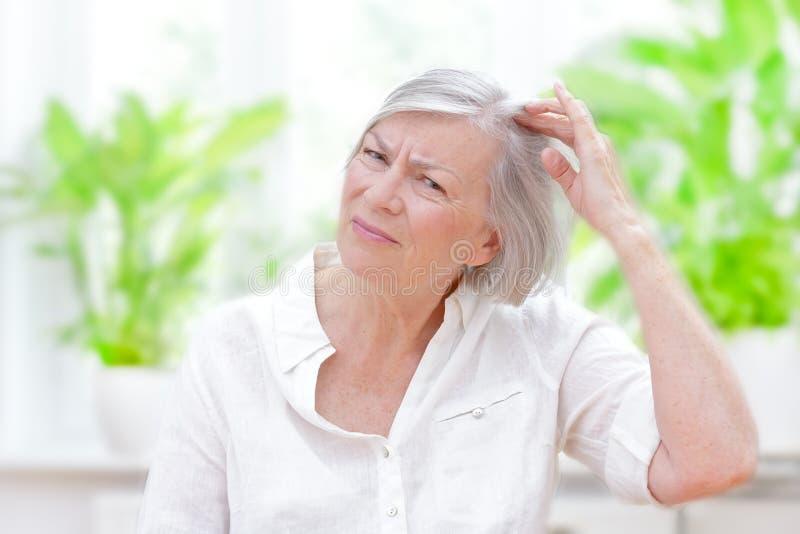 Perdita di capelli d'assottigliamento della donna senior fotografie stock