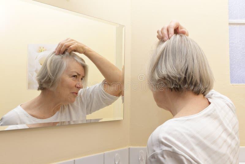 Perdita di capelli d'esame della donna senior fotografie stock libere da diritti