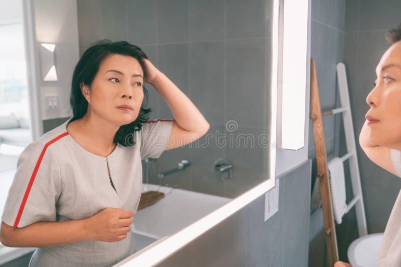 Una Donna Asiatica Matura Si Rilassava A Casa Seduta Su ...