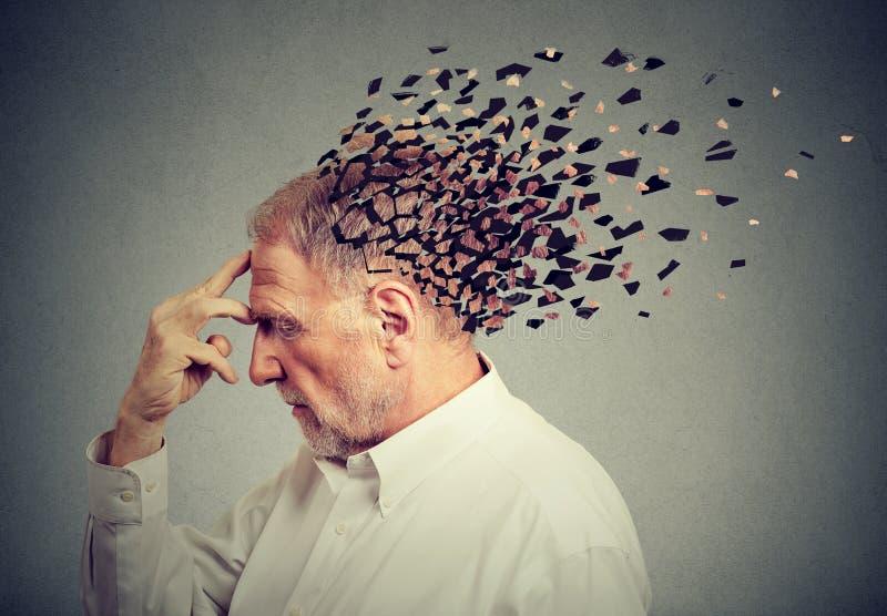Perdita di memoria dovuto demenza Parti perdenti dell'uomo senior della testa come segno della funzione in diminuzione di mente fotografia stock