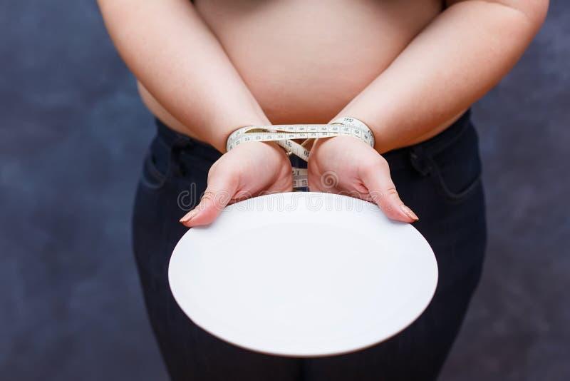 Perdita di peso, anoressia, sovrappeso, concetto stante a dieta Woma sconosciuto fotografie stock