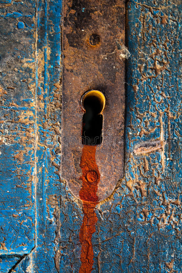 Perdita rosso sangue della traccia dal buco della serratura spaventoso della porta fotografia stock