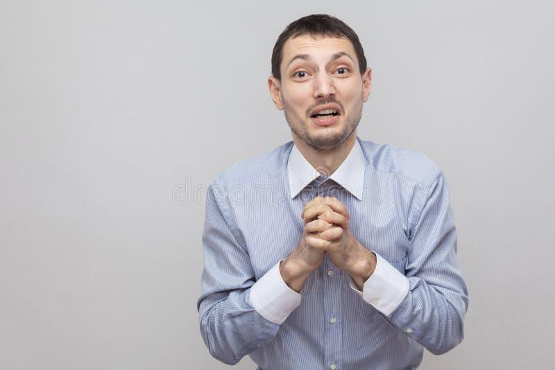 Perdoe-me por favor Defendendo o homem de negócios considerável da cerda na posição azul clássica da camisa com gesto da apelação foto de stock royalty free