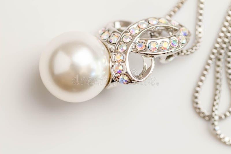 Perełkowy breloczek odizolowywający na białym tle Zamkniętym w górę wizerunku pojedyncza biel perła na kryształu i srebra brelocz zdjęcie royalty free