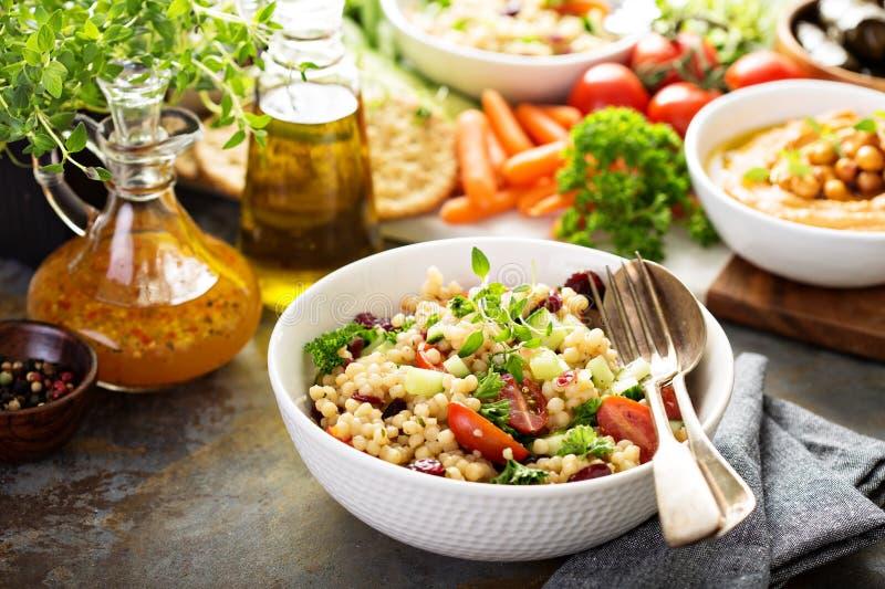 Perełkowa couscous sałatka z świeżymi warzywami zdjęcia royalty free