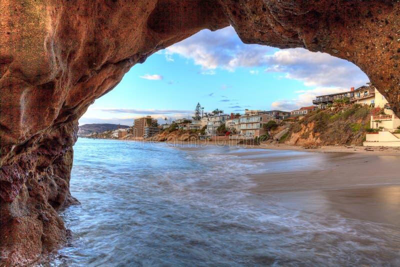 Perełkowa ulicy plaża przez rockowego keyhole obraz royalty free