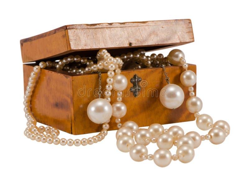 Perełkowego paciorkowatego biżuteria łańcuchu retro drewniany pudełko odizolowywający obraz royalty free