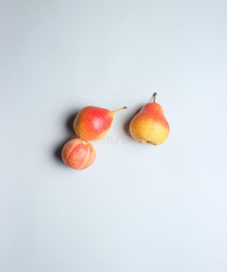 Pere e mele mature di autunno immagini stock