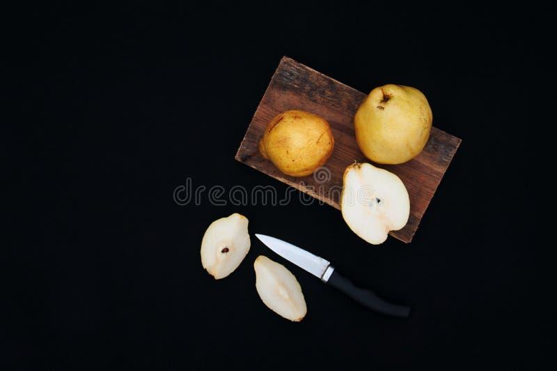 Pere gialle organiche sane sullo scrittorio Priorità bassa della frutta Pere organiche fresche mature su fondo nero Raccolto Sli  immagine stock