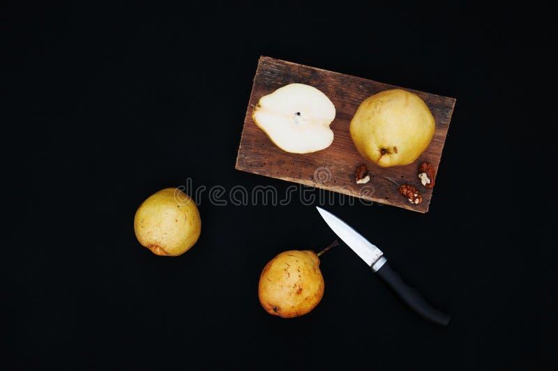 Pere gialle organiche sane sullo scrittorio Priorità bassa della frutta Pere organiche fresche mature su fondo nero Raccolto Sli  fotografia stock libera da diritti