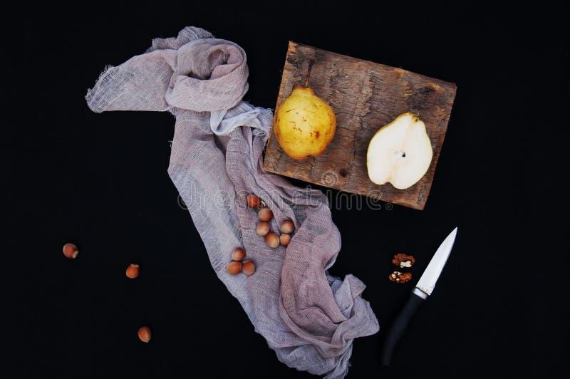 Pere gialle organiche sane sullo scrittorio Priorità bassa della frutta Pere organiche fresche mature su fondo nero Raccolto Sli  immagine stock libera da diritti