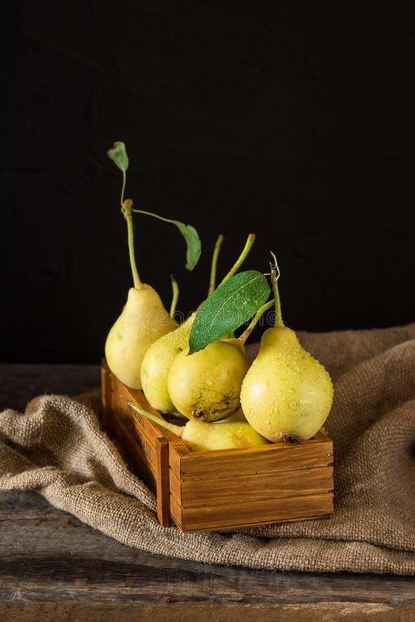 Pere mature in una scatola di legno sulla tavola Pere organiche mature fresche sulla tavola di legno rustica, sfondo naturale, ve immagini stock libere da diritti