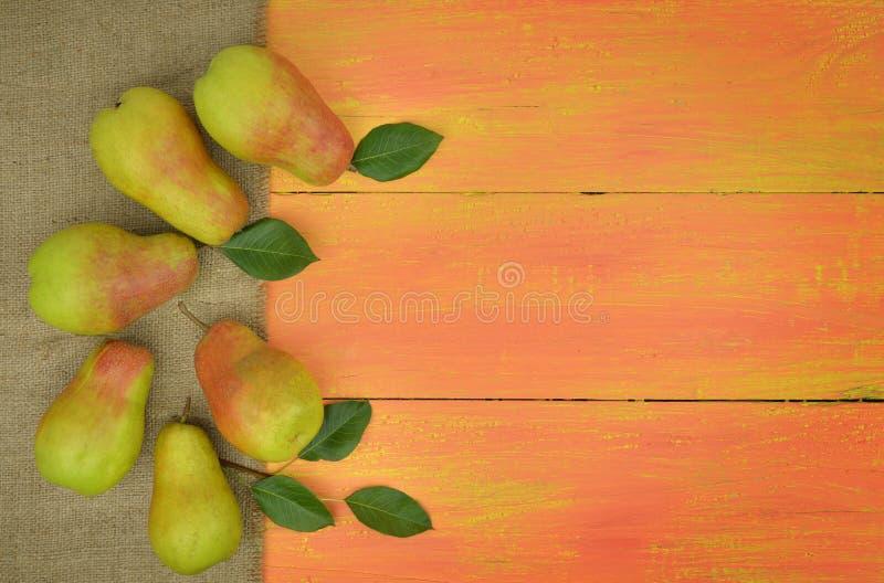 Pere organiche fresche su fondo di legno luminoso Backgrou della frutta immagini stock