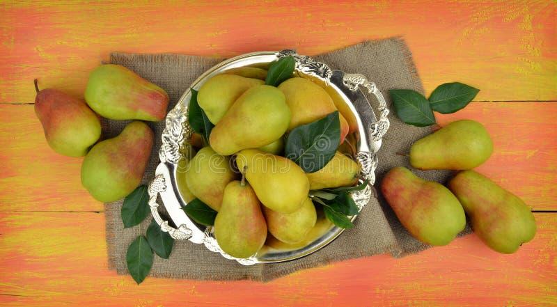 Pere organiche fresche su fondo di legno luminoso Backgrou della frutta fotografia stock