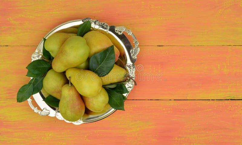 Pere organiche fresche su fondo di legno luminoso Priorità bassa della frutta Raccolto di autunno della pera immagini stock libere da diritti