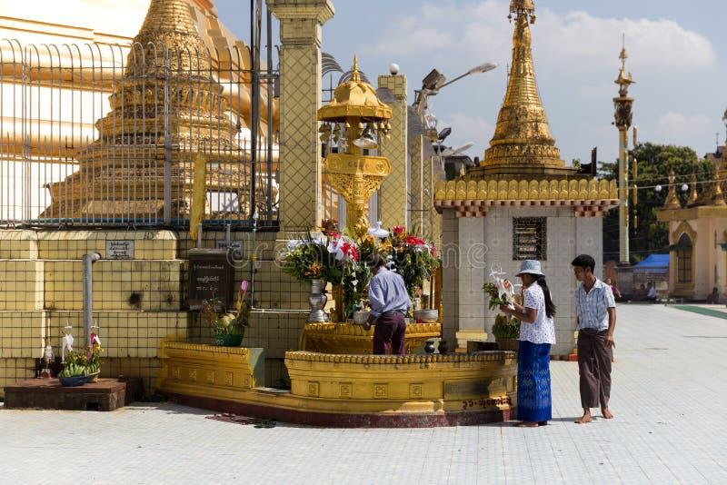 Peregrinação ao pagode de Botataung em Yangon, Myanmar fotos de stock