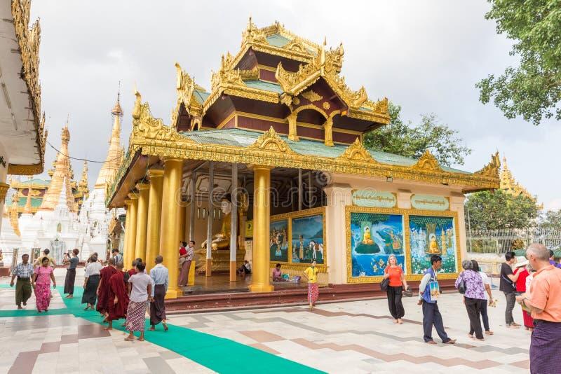 Peregrinação ao pagode de Shwedagon em Yangon, Myanmar imagens de stock