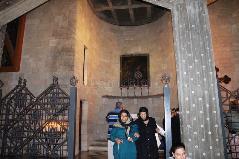 peregrinaje Trabajo artístico en la iglesia católica del anuncio en Nazaret, Izrael Detalle interior, artístico y de la arquitect fotos de archivo libres de regalías