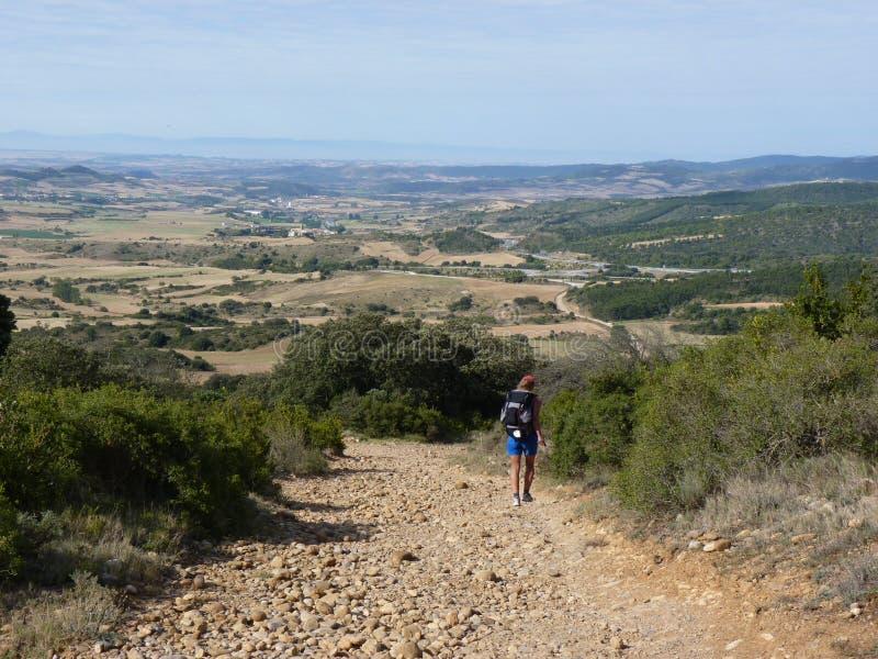 Peregrino ao longo do caminho de St James Homem que anda em Camino de Santiago foto de stock