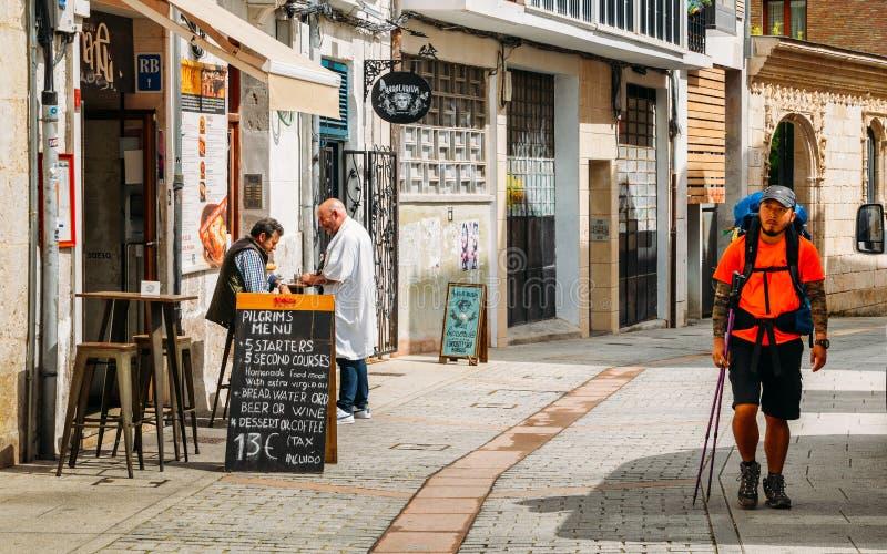 Peregrino asiático no Camino de Santiago Way de St James no centro histórico de Burgos, Espanha fotografia de stock