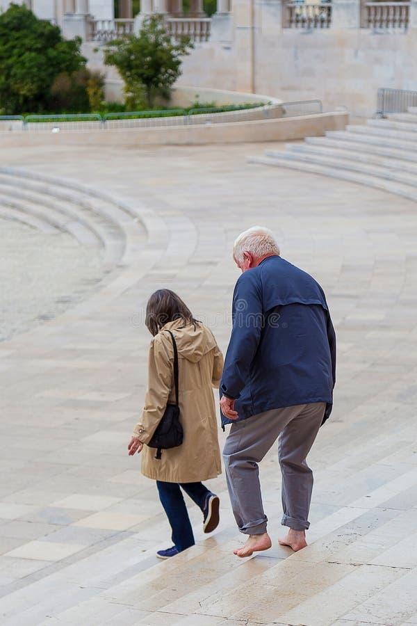 Peregrino do pé desencapado que paga uma promessa em Fatima, Portugal fotografia de stock
