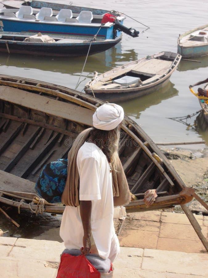Peregrino en la ciudad santa de Varanasi en la India foto de archivo