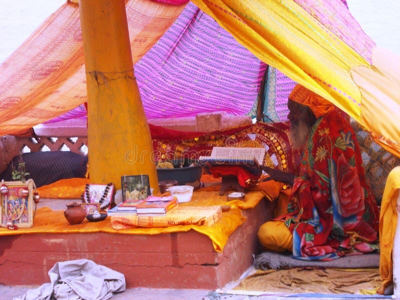 Peregrino en la ciudad santa de Varanasi en la India imagen de archivo