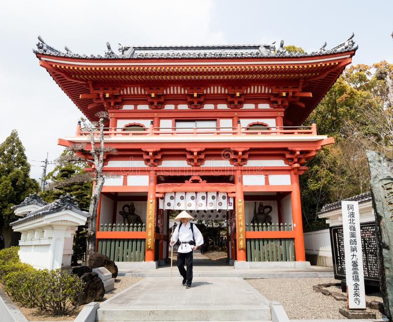 Peregrino en la entrada a Gokurakuji, templo número 2 del peregrinaje de Shikoku imagenes de archivo