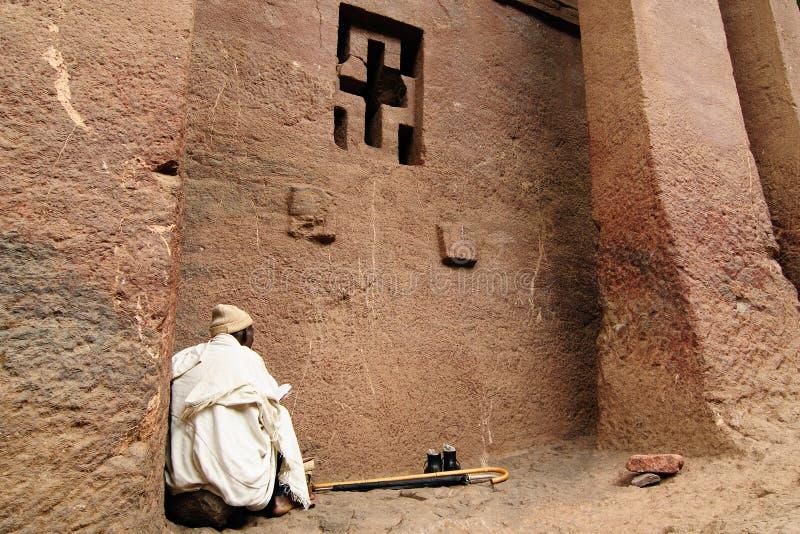 Peregrino etíope en el acebo Lalibela foto de archivo