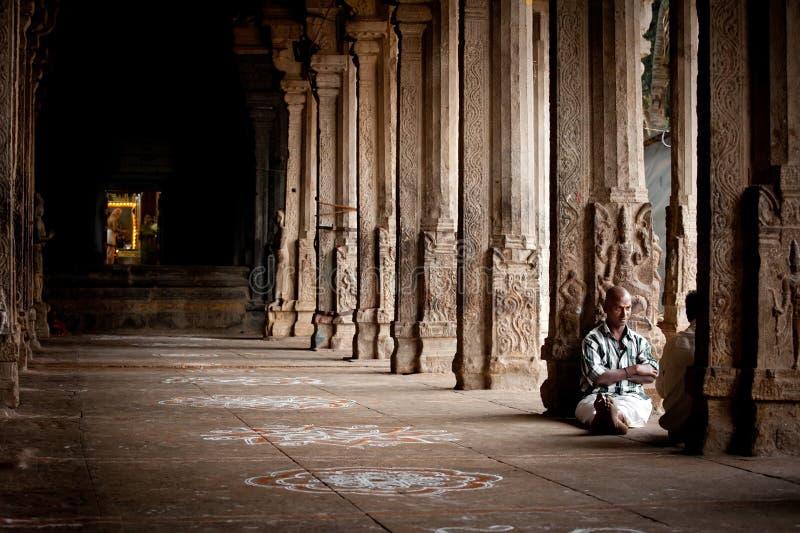 Peregrino indio de la gente que descansa dentro de la columnata antigua del templo de Meenakshi imagenes de archivo