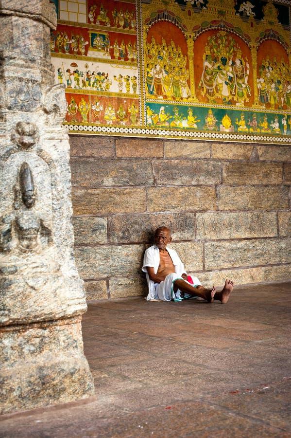 Peregrino indio del hombre que descansa dentro de la columnata antigua del templo de Meenakshi fotos de archivo