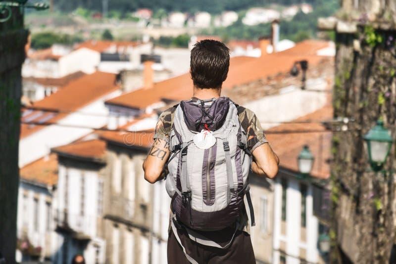 Peregrino Masculino Caminando Por Santiago De Compostela En España imagen de archivo libre de regalías
