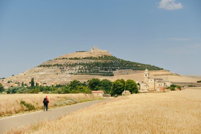 Peregrino que anda o Camino de Santiago In Spain Countryside imagem de stock royalty free