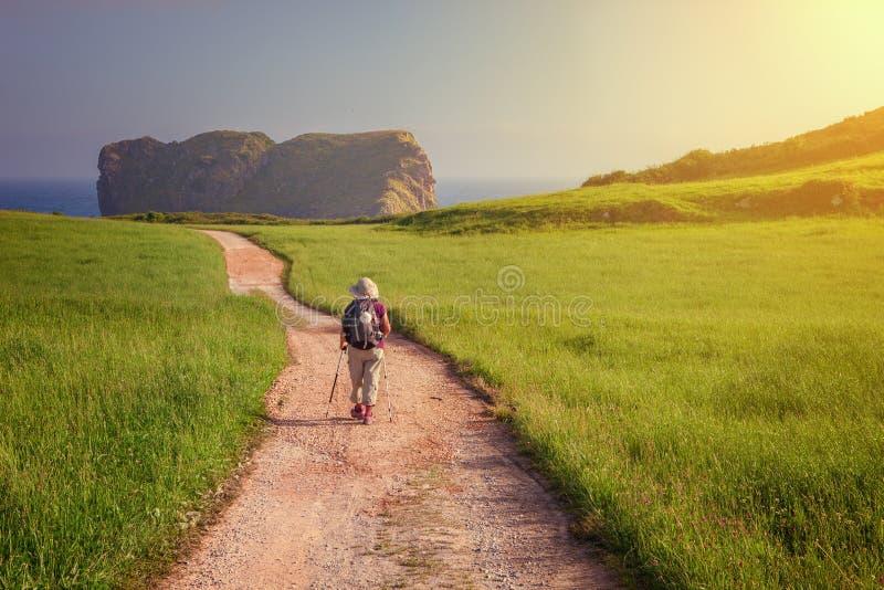 Peregrino que camina hacia la iglesia de San Martín en la costa de Llanes imágenes de archivo libres de regalías