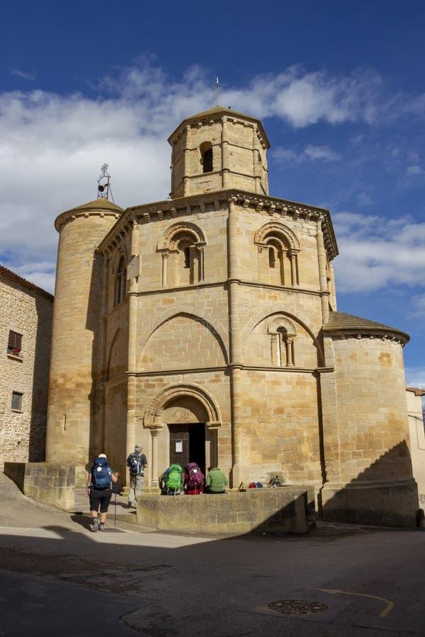 Peregrinos delante de la iglesia de Santo Sepulcro en el del Río, Navarra España de Torres en el camino de San Jaime, Camino de S fotografía de archivo
