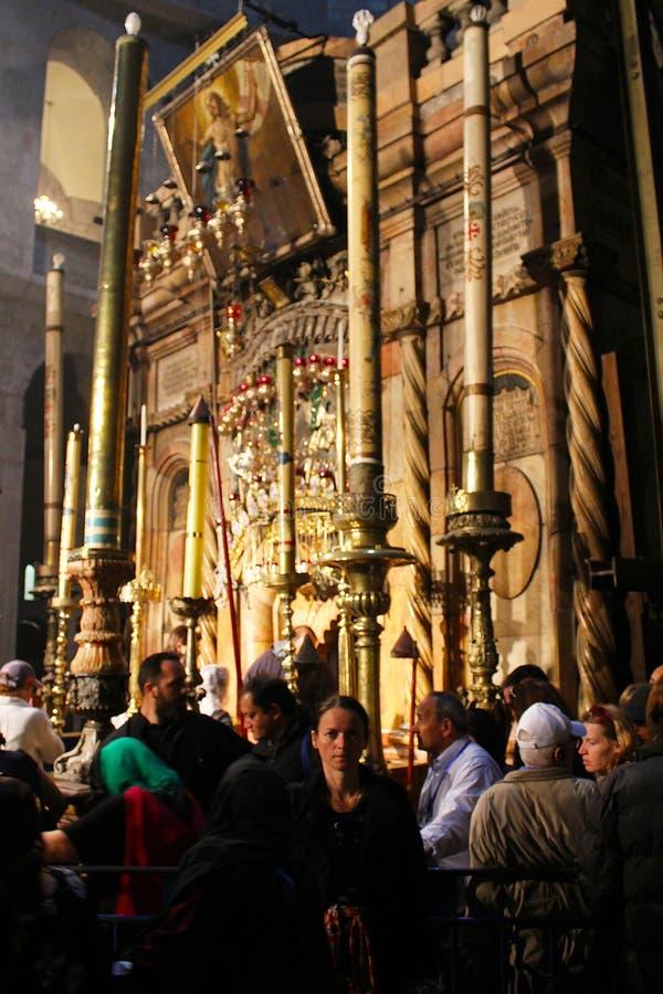 Peregrinos delante del Edicule en la iglesia de Santo Sepulcro, la tumba de Cristo, en la ciudad vieja de Jerusalén, Israel fotos de archivo libres de regalías