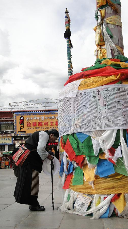 Peregrinos e locals que rezam no templo de Jokhang foto de stock