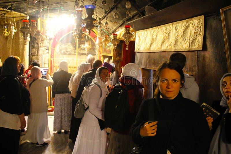 Peregrinos en la basílica magnífica de la natividad de Christ's en Belén fotos de archivo libres de regalías