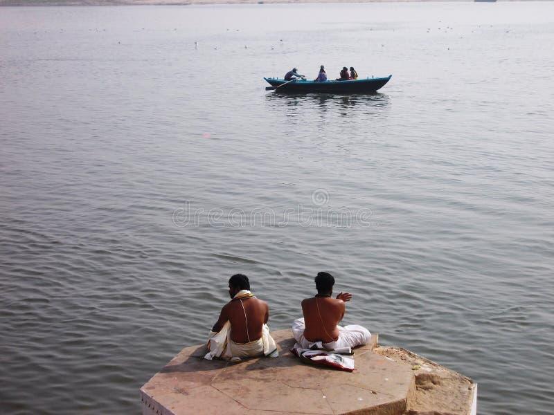 Peregrinos en la ciudad santa de Varanasi en la India fotos de archivo libres de regalías