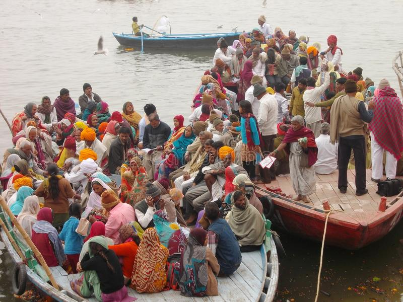 Peregrinos en la ciudad santa de Varanasi en la India foto de archivo