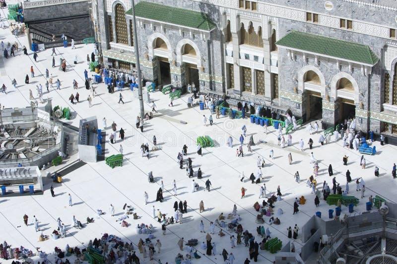 Peregrinos en la puerta de Al Haram de Al Kaaba foto de archivo