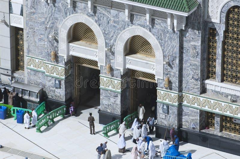 Peregrinos en la puerta de Al Haram de Al Kaaba imágenes de archivo libres de regalías